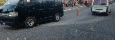 El microbús en el que viajaban los estudiantes tenía al menos 10 impactos de bala. (Foto Prensa Libre: Hugo Oliva)