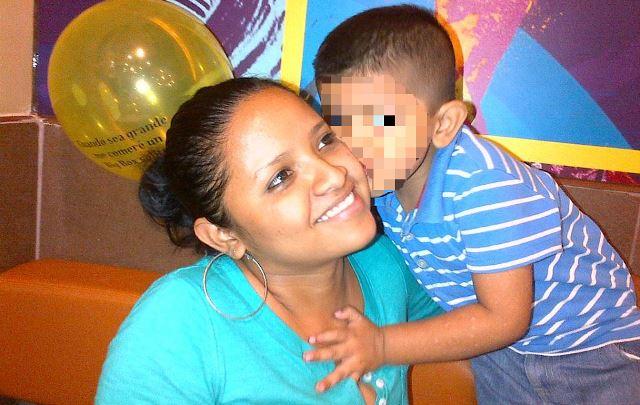 Lizbeth Denisse Ramos, en vida, junto a su hijo. (Foto Prensa Libre: Facebook)