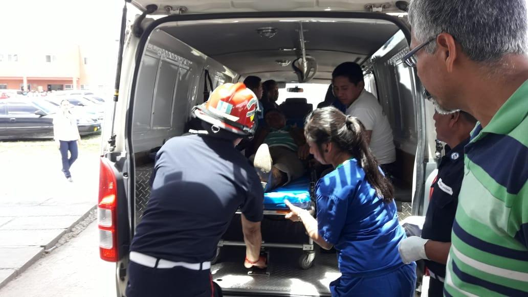 Los Bomberos Municipales Departamentales trasladan a los concejales de Patzicía heridos al Hospital Nacional de Chimaltenango. (Foto Prensa Libre: Cortesía Víctor Chamalé)