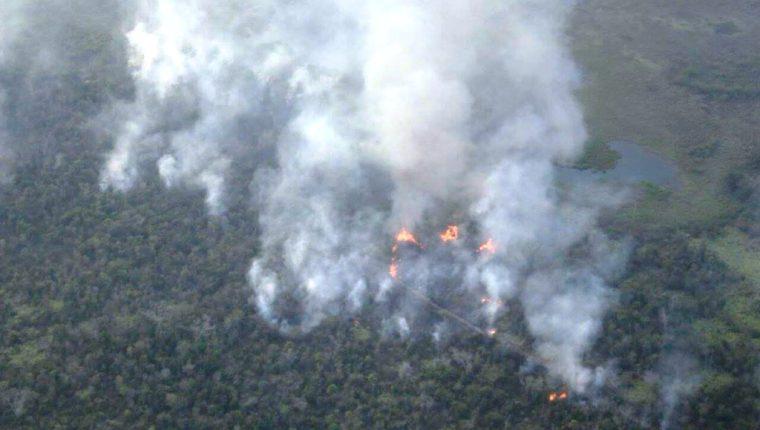 Un incendio que inició el sábado ha destruido al menos 10 kilómetros cuadrados de bosque. (Foto Prensa Libre: Rigoberto Escobar)