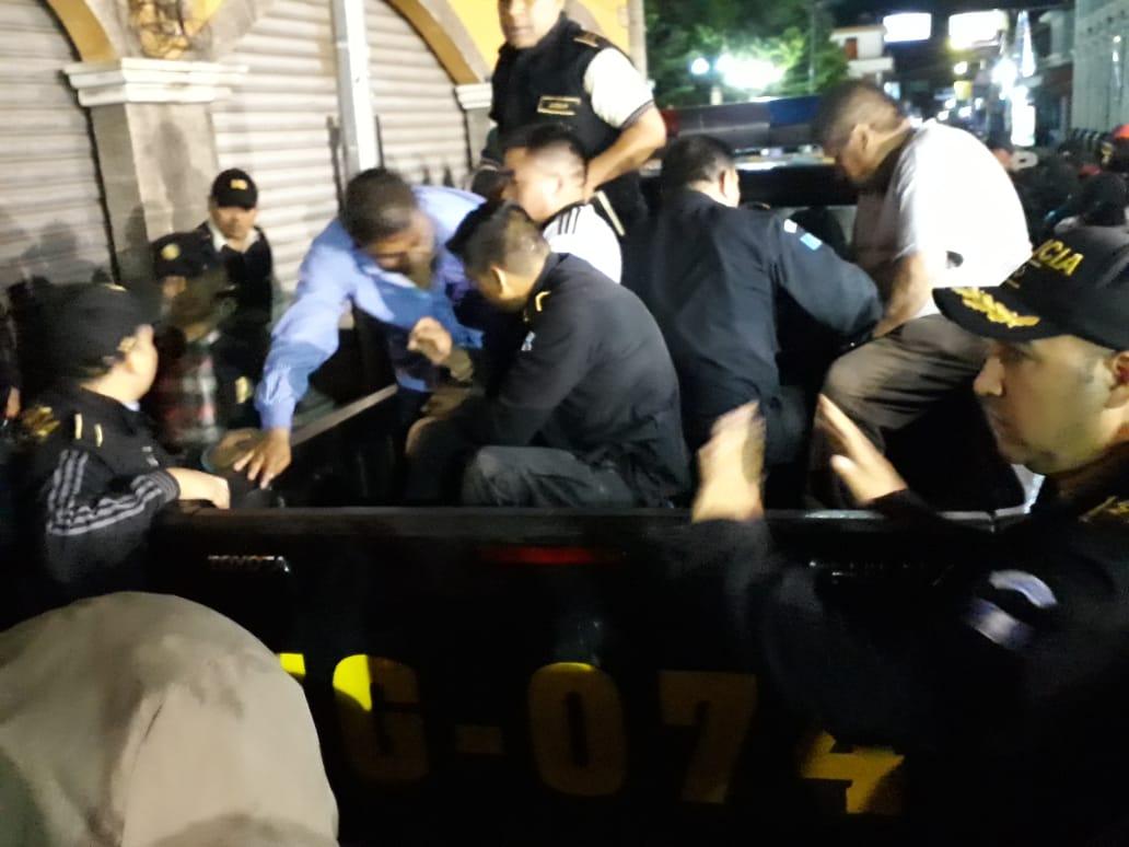 Los detenidos fueron trasladados al Juzgado de Turno de Antigua Guatemala, Sacatepéquez. (Foto Prensa Libre: Cortesía)
