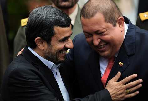 Ahmadinejad y Chávez se saluda en Caracas en enero de 2012. (Foto Prensa Libre: AFP)