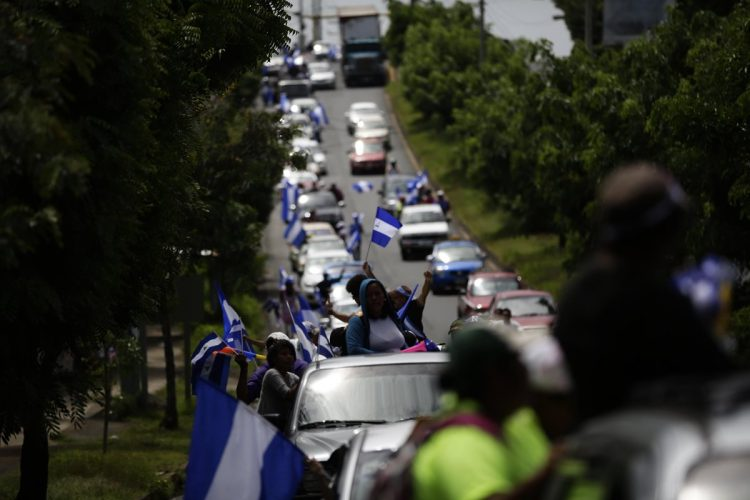 """Cientos de nicaragüenses participan en la caravana """"Nicaragua no olvida, Nicaragua no se rinde"""", exigen el desarme de los grupos afines a Ortega."""