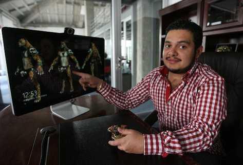 JUAN Lemus  muestra a uno de los personajes del videojuego.