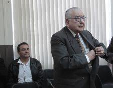 Raúl Girón, izquierda y Eduardo Meyer, derecha , esperan ubicados en el área de sindicados del Juzgado Sexto de la Torre de Tribunales(Foto Prensa Libre:Carlos Hernández)