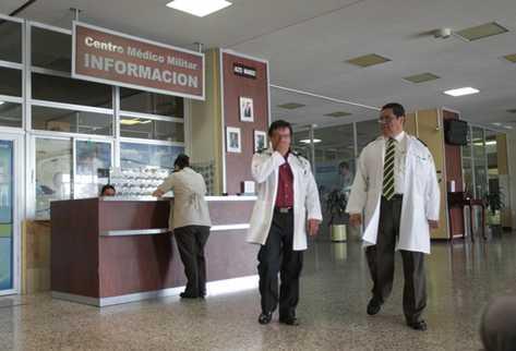 Personal del Hospital Militar en la recepción del centro. (Foto Prensa Libre: Esbin García)