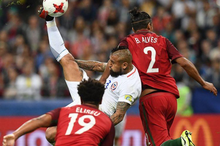 El volante Arturo Vidal intenta un remate de chilena en el área de Portugal.