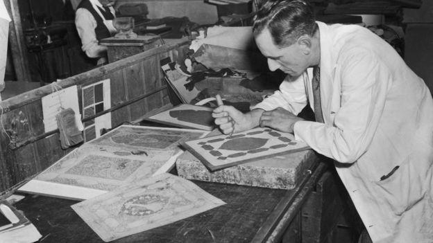 Stanley Bray trabajando en una nueva edición del Rubaiyat. GETTY IMAGES