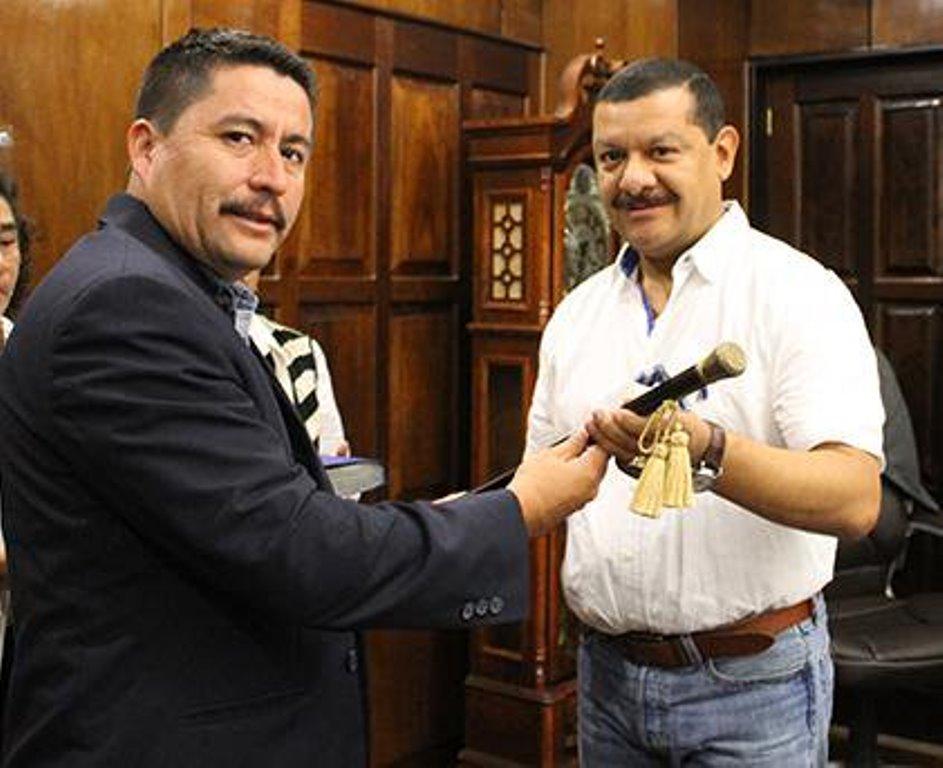 En febrero de 2015, Antonio Coro -derecha- renunció a la municipalidad y Víctor Alvarizaes -izquierda- asumió el cargo. (Foto Prensa Libre: Hemeroteca PL)