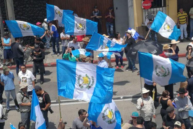 La bandera Azul y Blanco acompaña a los protestantes en zona 1.