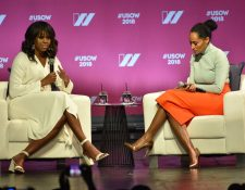 La exprimera dama estadounidense Michelle Obama (D) y la actriz y activista Tracee Lee Ross asisten a la Cumbre de Mujeres de Estados Unidos en el Auditorio Shrine en Los Ángeles. (Foto Prensa Libre: AFP).