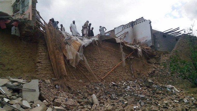 Paquistaníes contemplan los daños ocasionados en sus casas en la región tribal de Khyber tras el seísmo de 7.5 grados en la escala de Richter que se registró a unos 250 kilómetros al norte de Kabul (Afganistán). (Foto Prensa Libre: EFE).
