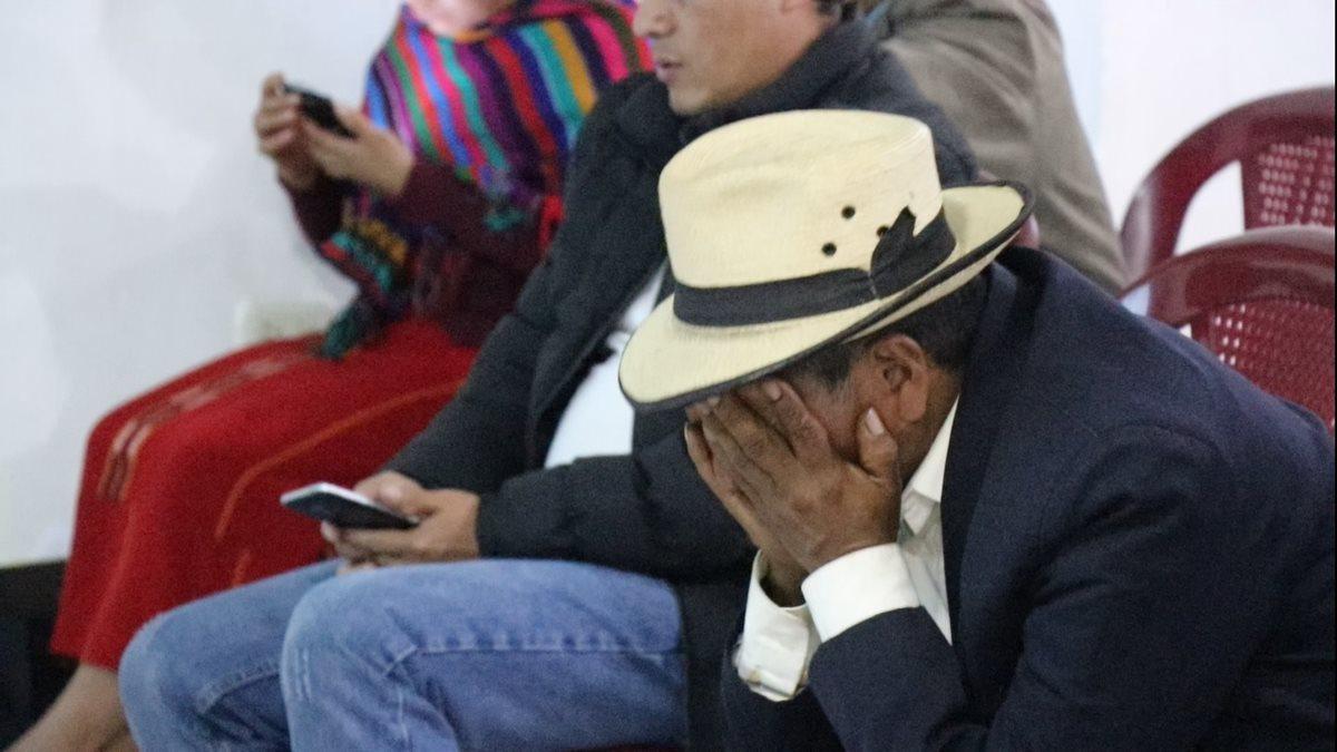 Uno de los familiares de víctimas del conflicto armado en Nebaj, Quiché, llora al escuchar la sentencia del caso de genocidio. (Foto Prensa Libre: Héctor Cordero)