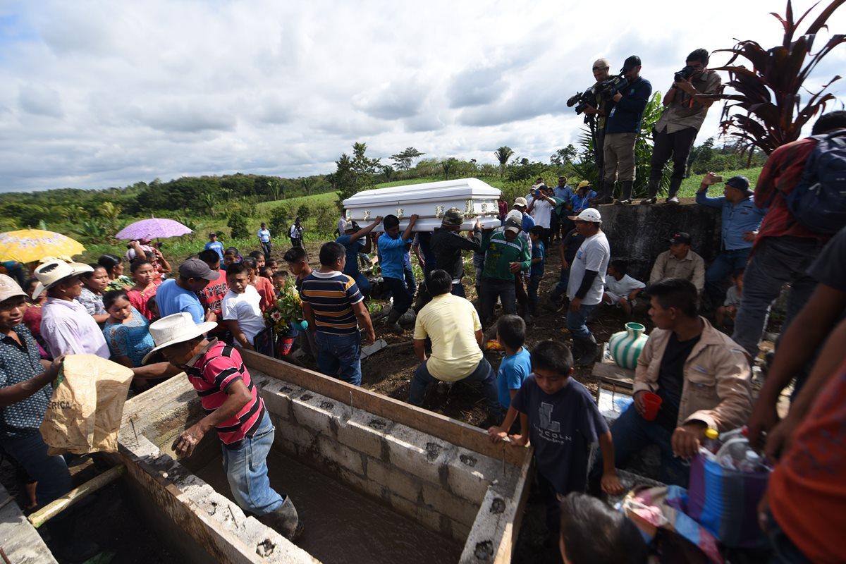 El cuerpo de Jakelin llega al cementerio de Raxruhá, Alta Verapaz, lugar que será su última morada.