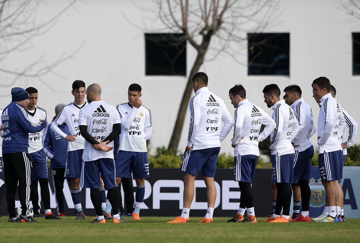 Jorge Sampaoli entrena con algunos jugadores de la Selección de Argentina en Ezeiza, Buenos Aires en preparación para el juego amistoso contra Haití. (Foto Prensa Libre: AFP)