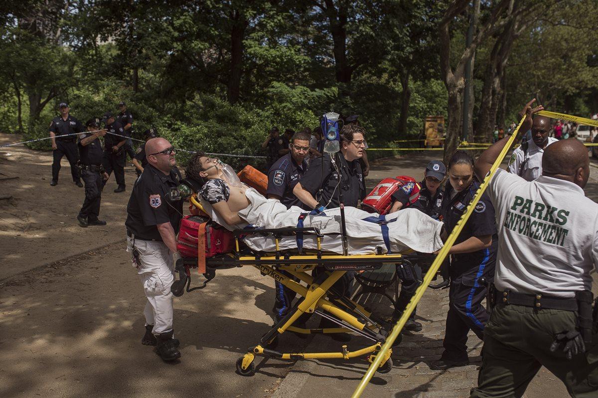 Socorristas trasladan a un hospital al joven que resultó herido. (Foto Prensa Libre: AP).