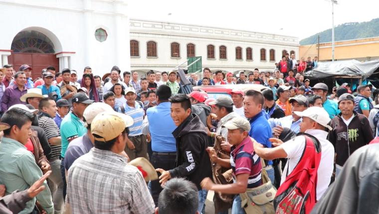Vecinos que se oponen al alcalde de Cunén, Guadalupe Baten, y quienes lo apoyan, se enfrentaron durante una manifestación, el 20 de septiembre último, un día después de que el jefe edil fue retenido por un grupo de pobladores. (Foto Prensa Libre: Héctor Cordero)