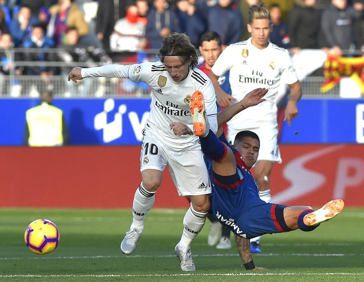 Luka Modric en una acción del partido en la visita del Real Madrid al  Huesca. (Foto Prensa Libre: AFP)