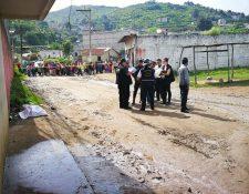 Investigadores trabajan en la escena del crimen. (Foto Prensa Libre: Estuardo Paredes)