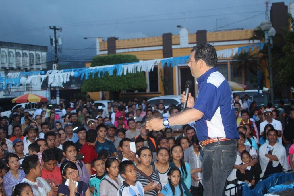 Candidato presidenciable Jimmy Morales durante su discurso en Cobán, Alta Verapaz. (Foto Prensa Libre: Ángel Martín Tax)