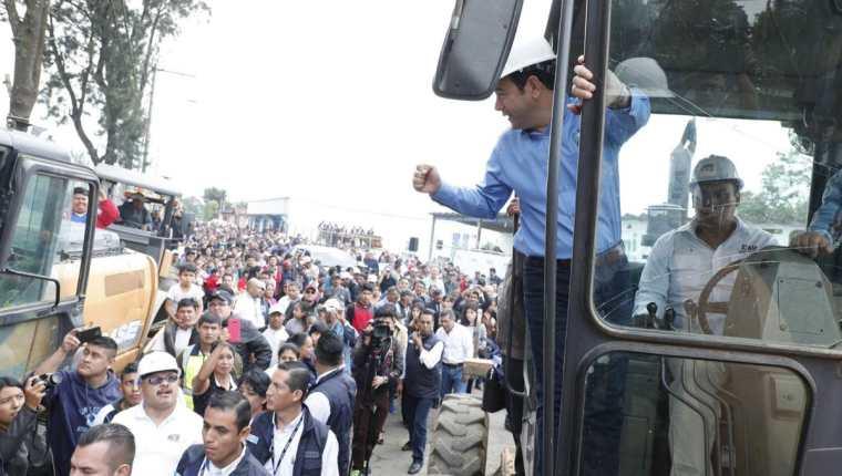 Jimmy Morales brindó un discurso y declaraciones este sábado durante la inauguración de la reparación de un tramo carretero de 11.3 kilómetros en Santa Elena Barillas, Villa Canales. (Foto, Prensa Libre: Twitter de Gobierno de Guatemala)