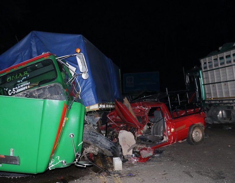 Dos camiones, un picop y un autobús extraurbano, colisionaron en el km 59.5, ruta Interamericana, aldea Hierbabuena, Chimaltenango. (Foto Prensa Libre: Víctor Chamalé)
