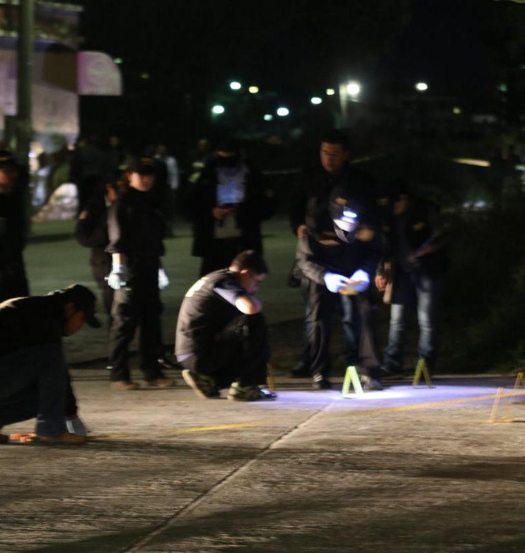 Investigadores reúnen indicios en la escena del crimen. (Foto Prensa Libre: Mike Castillo)