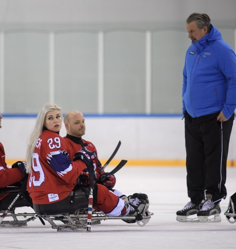 Schroeder recibe instrucciones de su entrenador. (Foto Prensa Libre: AFP)