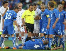 Batres camina frente al defensa italiano Giorgio Chiellini, tirado sobre la grama, junto Fabio Cannavaro, capitán de los 'azzurri' en un partido del grupo F del Mundial de Sudáfrica 2010. (Foto Prensa Libre: Hemeroteca)