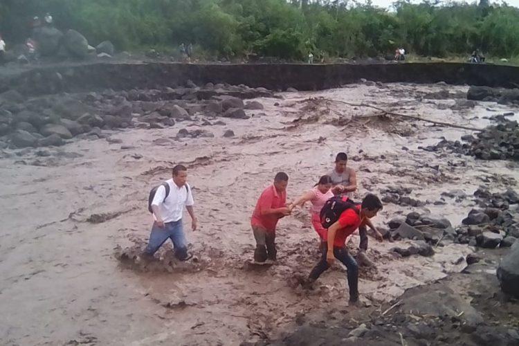 Las personas afectadas intentan pasar por el río Taniluyá.