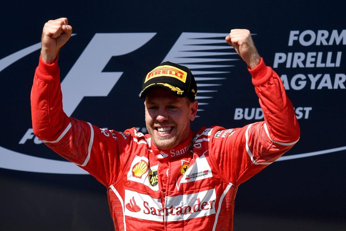 Vettel celebra luego de su triunfo este domingo en el circuito de Hungaroring. (Foto Prensa Libre: AFP)