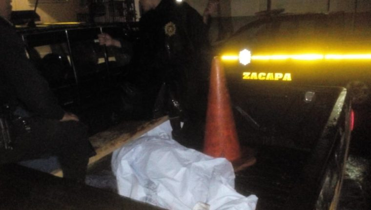 En un autopatrulla se traslada el cuerpo de una niña, de 11 años, quien murió baleada en la cabeza cuando un hombre la perseguía cerca de su casa, en Zacapa. (Foto Prensa Libre: Mario Morales)