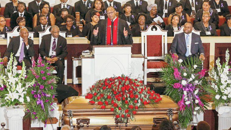 El reverendo Herron Wilson predica durante los servicios funerarios de La leyenda del blues BB King. en el templo bautista Bell Grove Missionary, de Indianola, Mississippi, EE.UU. Foto Prensa Libre: EFE