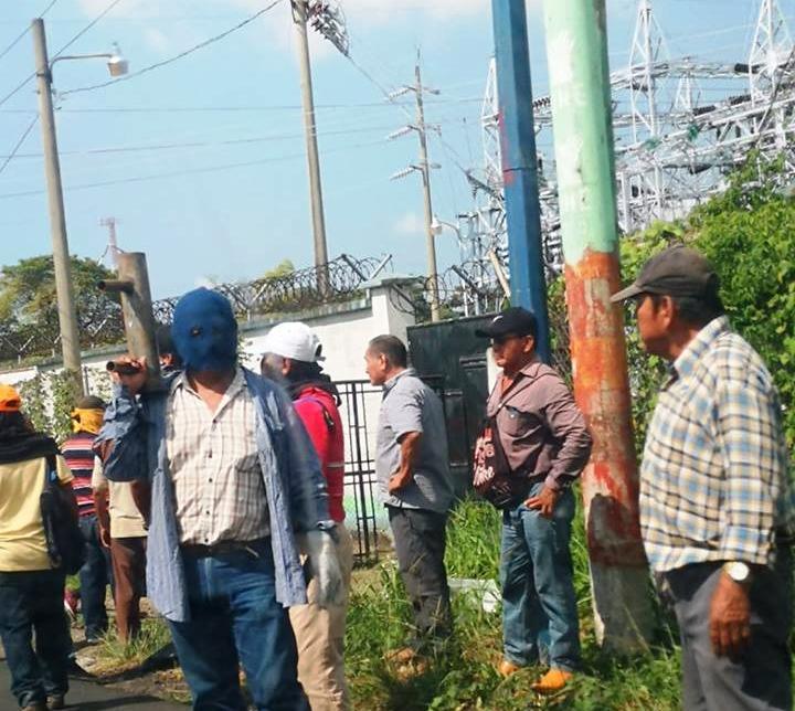 Sujetos encapuchados irrumpieron en la subestación del INDE en Coatepeque, llevaban morteros. (Foto Prensa libre: Cortesía)