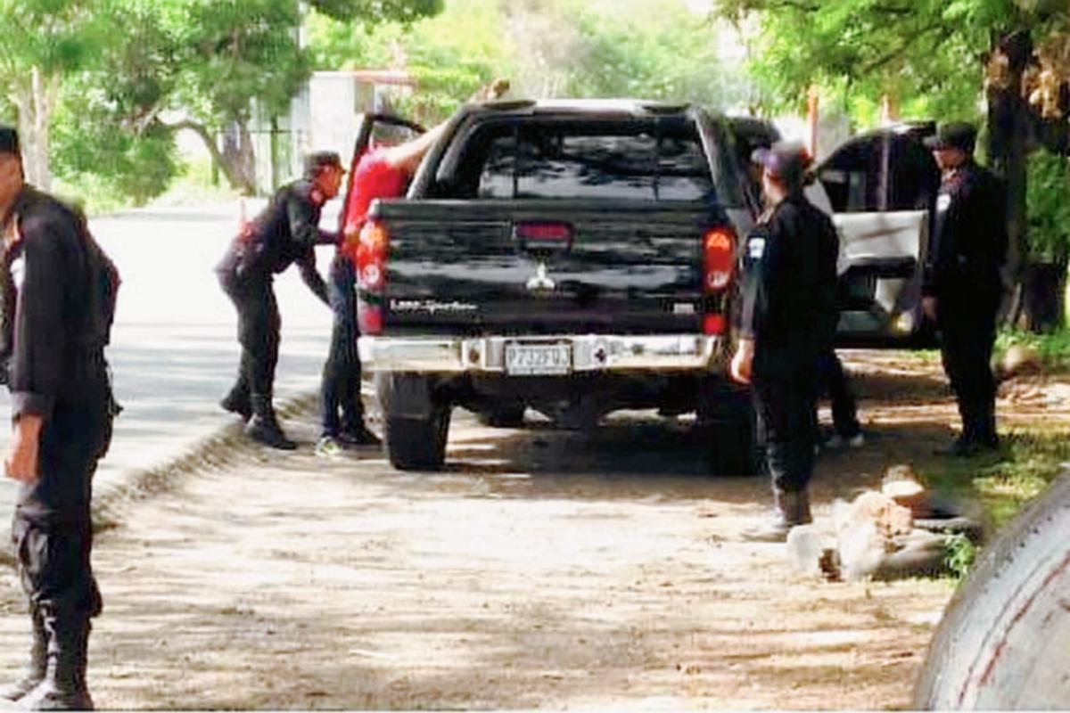 Agentes de  la PNC realizan operativos para tratar de capturar a los responsables de la muerte de su compañero  Irdel Pernillo Perez. (Foto Mingob)