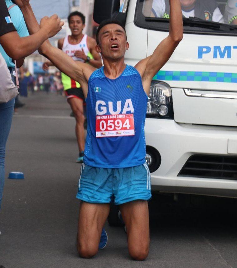 La falta de organización dio lugar que la unidad de la PMT de Salcajá entró cerca del corredor en la carrera que se celebró el domingo último. (Foto Prensa Libre: Raúl Juárez)