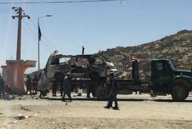Fuerzas de Seguridad afganas inspeccionan el sitio en donde ocurrió la explosión. (Foto Prensa Libre: AP)