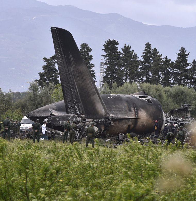 Varios socorristas cerca de los restos de un avión del ejército argelino que se estrelló cerca de la base aérea Boufarik desde donde despegó. (Foto Prensa Libre:AFP).