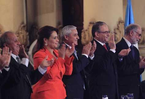 Roxana Baldetti y Otto Pérez Molina acompañan a los empresarios Guillermo Catalán, del Corredor Interoceánico, y Jan Blichfeld, director de Eurogas, en la declaración de interés nacional del proyecto.