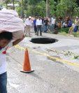 Un agujero se formó en el km 166 de la ruta al Suroccidente, entre Mazatenango y Cuyotenango, debido a las constantes lluvias, las cuales, además, han provocado inundaciones y deslizamientos en otros departamentos. (Foto Prensa Libre: Cristian Soto)