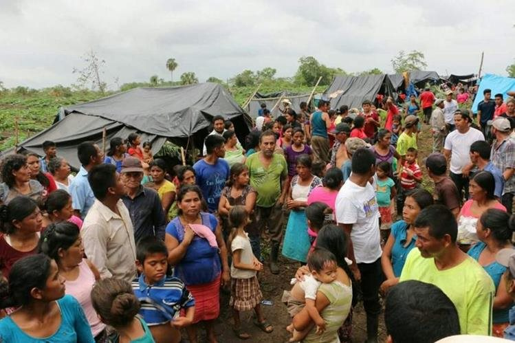Imágenes de los campesinos al encontrar un sitio para asentarse en Campeche, México. (Foto Prensa Libre: Hemeroteca PL)
