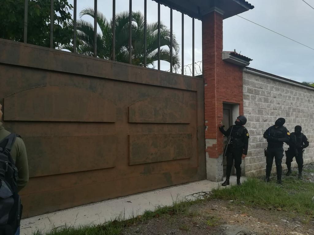 Agentes ingresan a una casa para cumplir con una orden de allanamiento.(Foto Prensa Libre: MP)