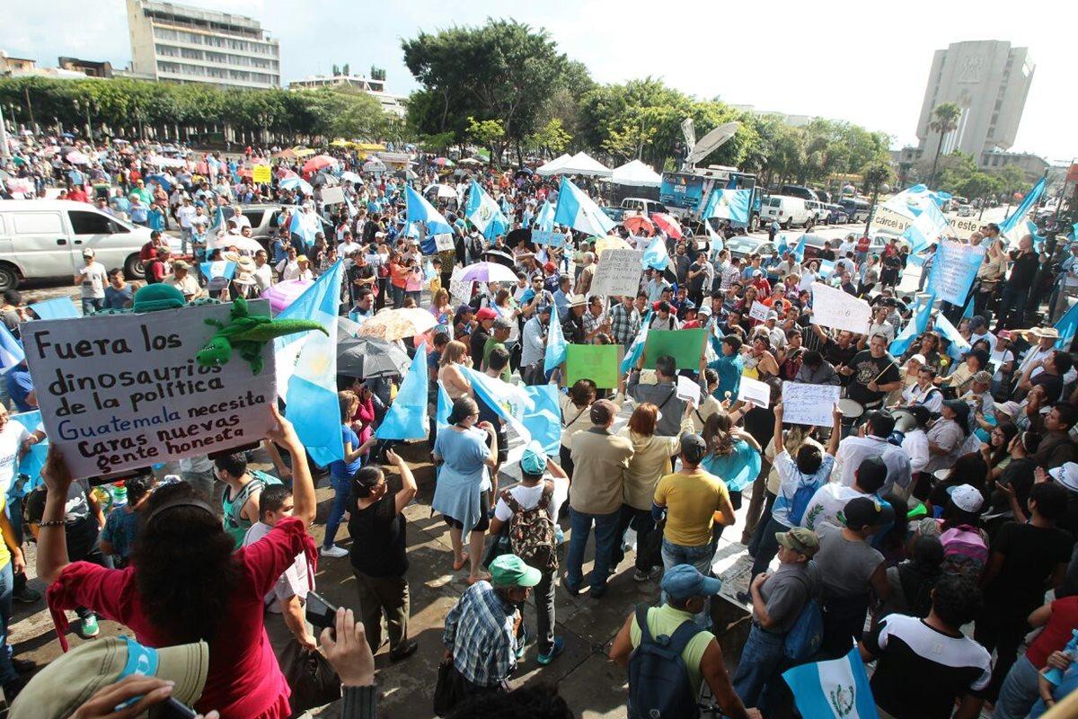 Guatemaltecos vuelven a la plaza y exigen que cese la corrupción