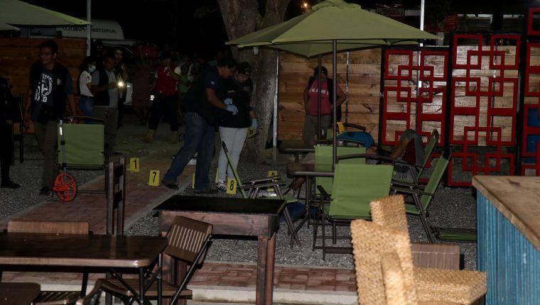Autoridades realizan el peritage en la escena del crimen de tres personas en la Playa Pública Santo Tomás de Castilla, Puerto Barrios, Izabal. (Foto Prensa Libre: Dony Stewart)