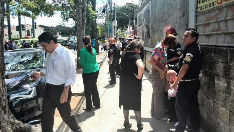 Escenas de dolor se viven en el lugar donde fue asesinato el abogado Francisco Palomo. (Foto Prensa Libre: E. Paredes)