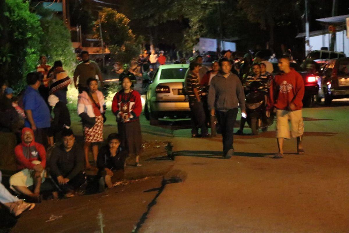 Pobladores de El Rodeo, Escuintla, salen a la calle.