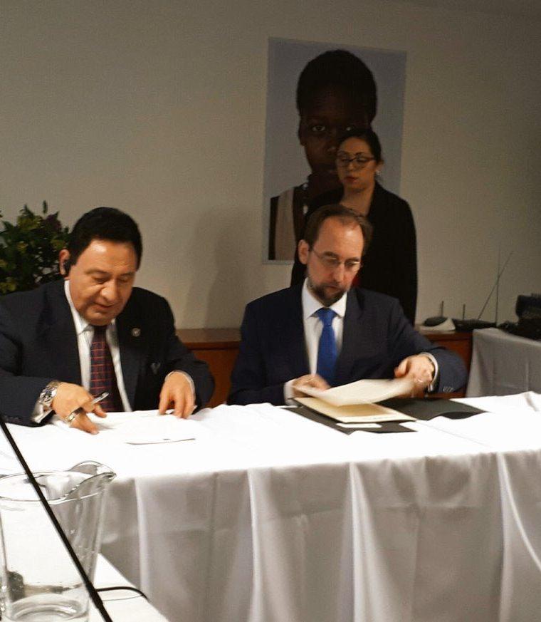 El presidente de la CC, José de Matta, y el alto comisionado Ra'ad Zeid al-Hussein, intercambiaron cartas de entendimiento para ratificar el apoyo técnico. (Foto Prensa Libre: CC)