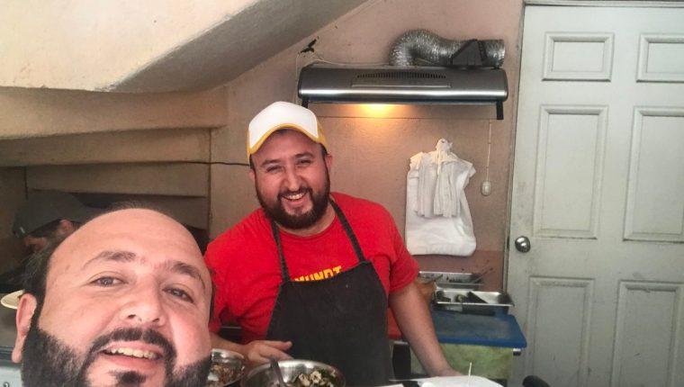 Antonio Malouf, presidente del Cacif, publicó una fotografía durante su visita a las MundiTortas y a su propietario, Mundo Ochoa. (Foto Prensa Libre: Antonio Malouf)