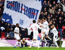 Harry Kane (centro), es felicitado por sus compañeros después de haber anotado el 2-1 para Inglaterra en el duelo contra Croacia. (Foto Prensa Libre: EFE).