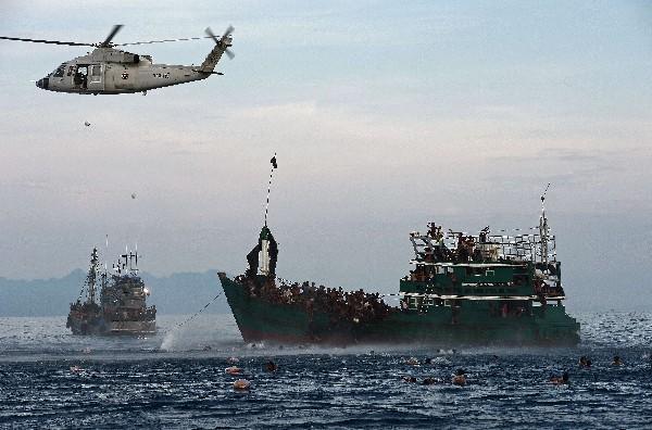 Unas 8 mil personas podrían encontrarse a la deriva en embarcaciones sobrecargadas en el sudeste de Asia. (Foto Prensa Libre:AFP,